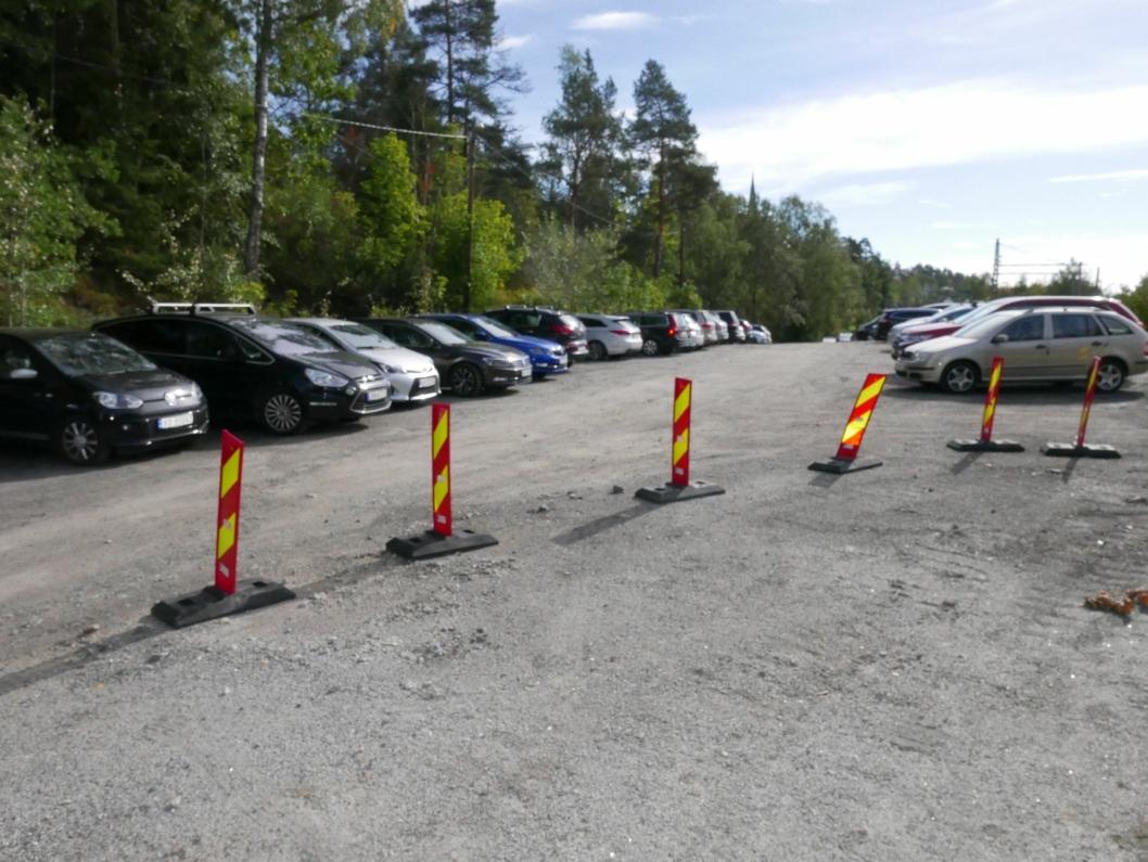 TH. HANSENS VEI: Her var det også fullt fredag morgen. Mange ansatte i kommunen velger å parkere bilene sine i virkedagene også på denne parkeringsplassen.