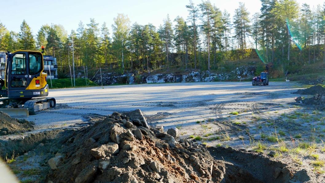 I GANG: Endelig er arbeidet med å lage ny kunstgressbane på Hellerasten i gang.