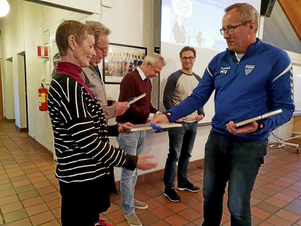 GRATULERER! Kolbotn IL-sjef Harald Vaadal gratulerer prismotagerne.