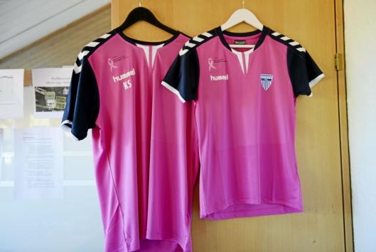 BLÅTT BLIR ROSA: Dette er er trøyene spillerne og trenere skal ha på under kampen.
