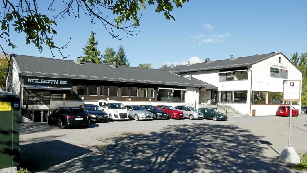 FORESLÅTT REVET: Eiendommen i Sønsterudveien 26 er på drøye tre mål og eies i sin helhet av Kolbotn Bil AS. Planinitiativet involverer også Holbergs vei 2, som er en naboeiendom på to mål med rester etter en barnepark med tilhørende uthus. Området rundt planområdet er i hovedsak regulert til frittliggende småhusbebyggelse, med unntak av boligblokken i Holbergs vei 1.