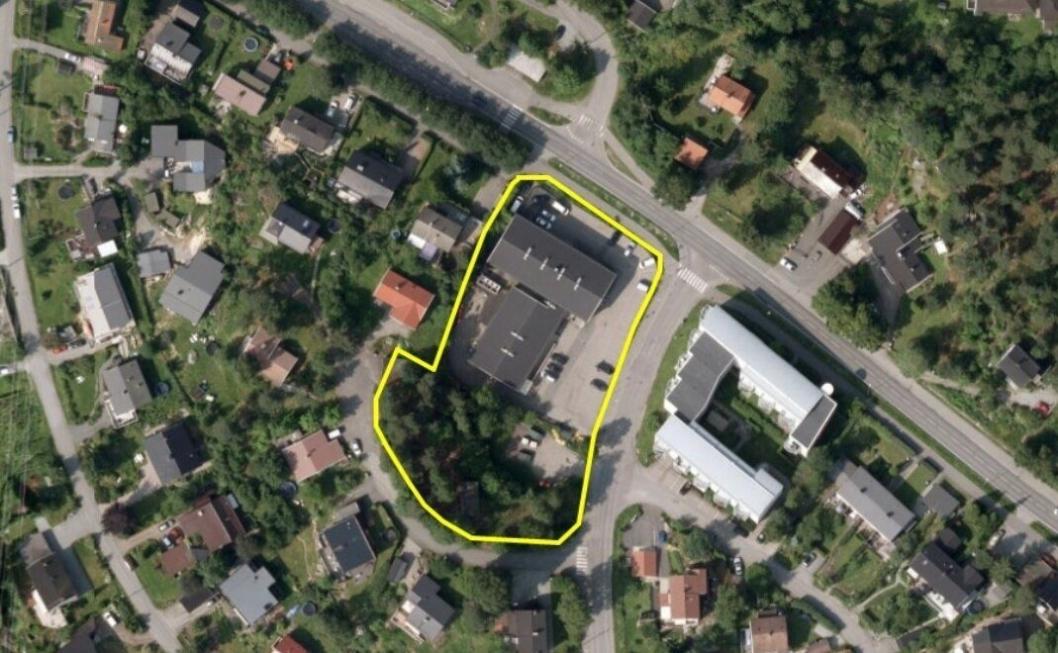 SENTRALT I SMÅHUSSTRØK: De to eiendommene ligger på Sofiemyr, på hjørnet mellom fylkesvei 129, Sønsterudveien og Holbergs vei.