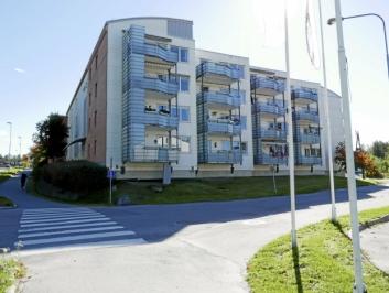 NABO: Boligblokken i Holbergs vei 1 på fire etasjer er den nærmeste naboen fra øst.