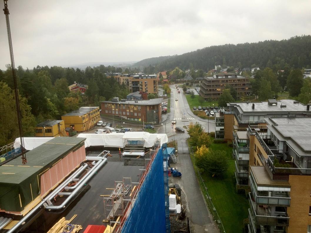 FRA LUFTEN: Bildet er tatt 40 meter over bakken og viser området nord for EGO-bygget.
