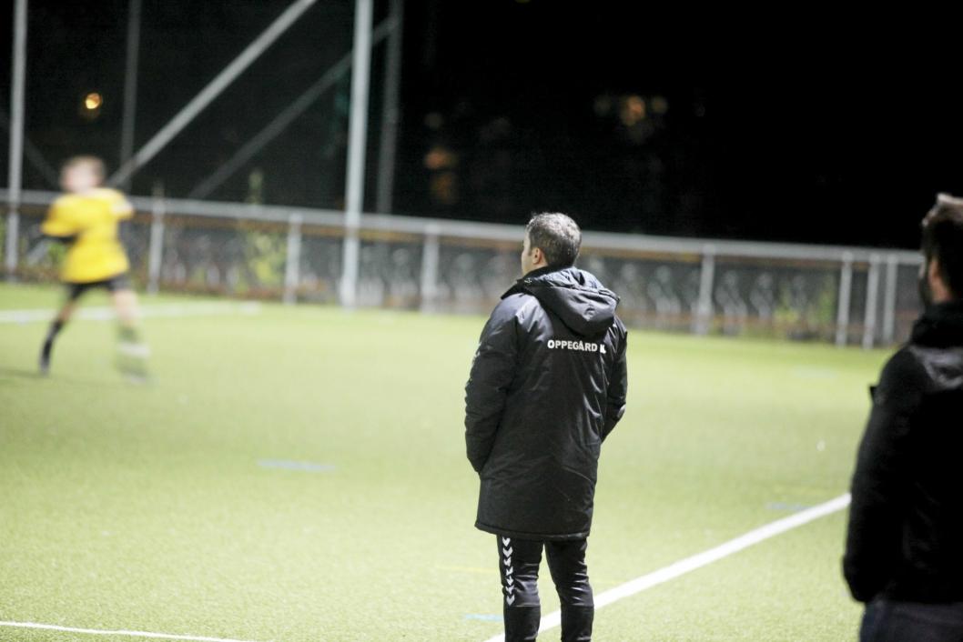 SIKRET PLASSEN: Det har vært en tøff sesong for trener Ermir Haxhiraj, men i dag kunne han se laget sitt levere en ypperlig prestasjon som sikret plassen.