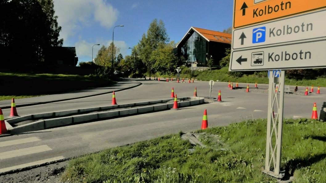 FREM TIL MIDTEN AV OKTOBER: SVV jobber med å utbedre strekningen med kantstein. Det jobbes også med å oppgradere rundkjøringen og midtrabatter.