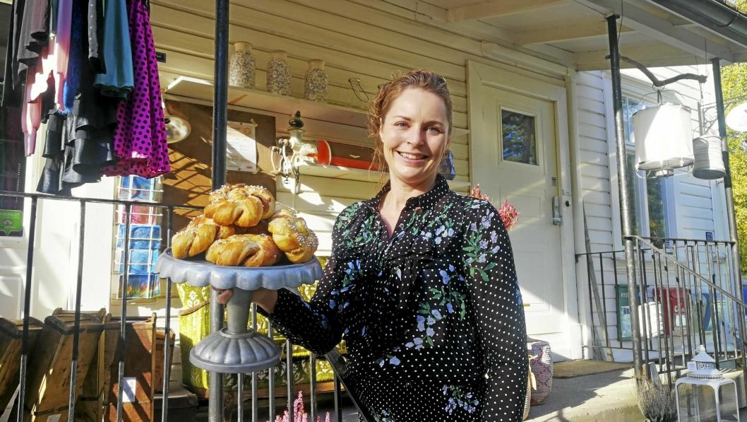 GÅR UNNA: Sist søndag ble Cecilie Steensen Skovholt utsolgt for kanelboller snaue to timer etter at hun åpnet Svartskog kolonial. Denne uka passerte de 5000 solgte kanelboller til nå i år.