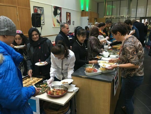ALL VERDENS MAT: Det blir mye god mat å velge mellom på internasjonalt torg. Dette bilde ble tatt under arrangementet i 2016.