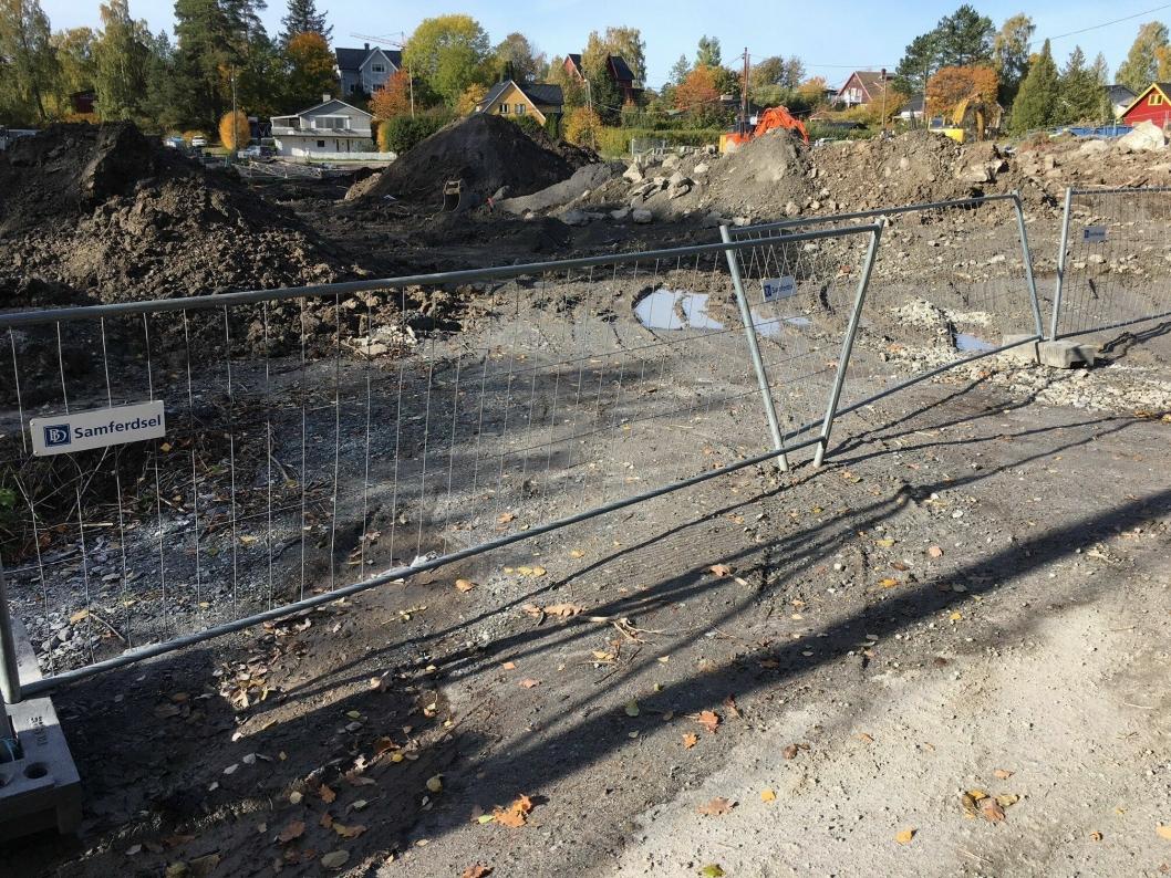 DÅRLIG SIKRING: Bildet viser dårlig sikring av anleggsområdet. Gjerdene peker i alle retninger og er ikke festet sammen.