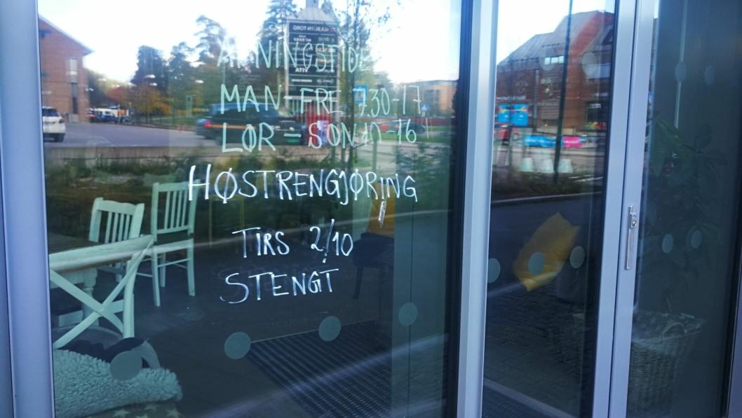 STENGT FOR GODT: Slik så det ut på vinduet til Kaffebar'n uken etter høstferien. Nå har kafeen meldt oppbud.