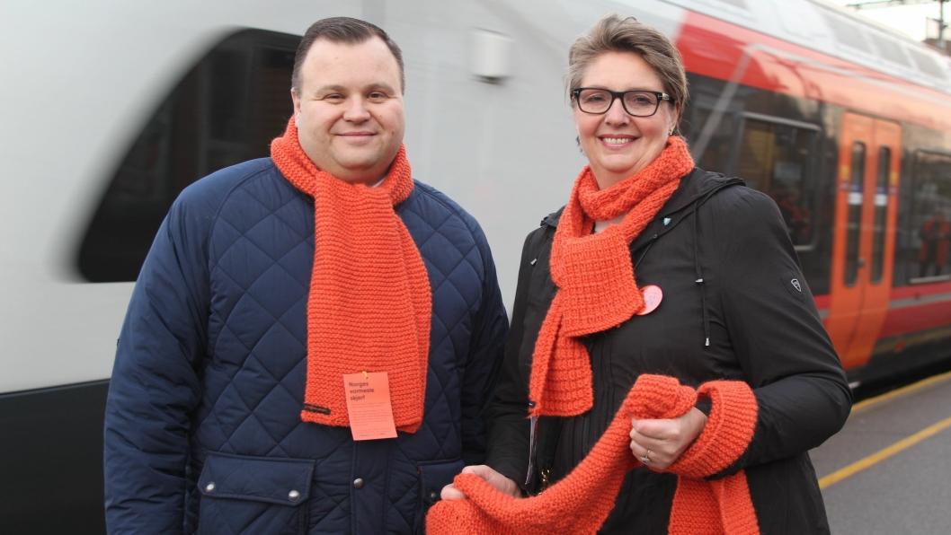 DELTE UT: Ordfører Thomas Sjøvold i Oppegård og Ski-ordfører Hanne Opdan delte ut oransje skjerf for å sette fokus på årets TV-aksjon.
