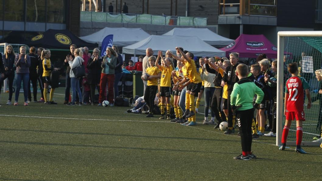 STÅR SAMMEN: Oppegård-lagene heiet frem hverandre. Her heies Oppegård Tigers 2 frem i sin semifinale mot Nordby IL Grønn.