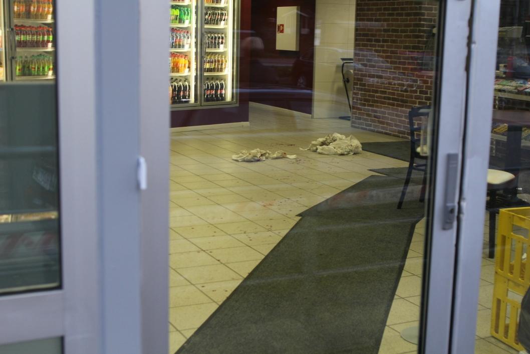 BLODSPOR: Inne på Sofiemyr Kiosk & Grill var det mye tørkepapir og blodspor.
