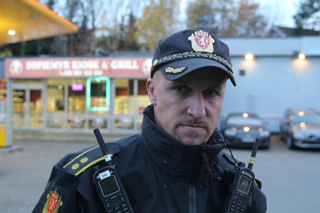 ETTERLYSER: Anders Strømsæther, innsatsleder i Øst politidistrikt, sier politiet etterlyser en grå Audi som kjørte fra stedet.
