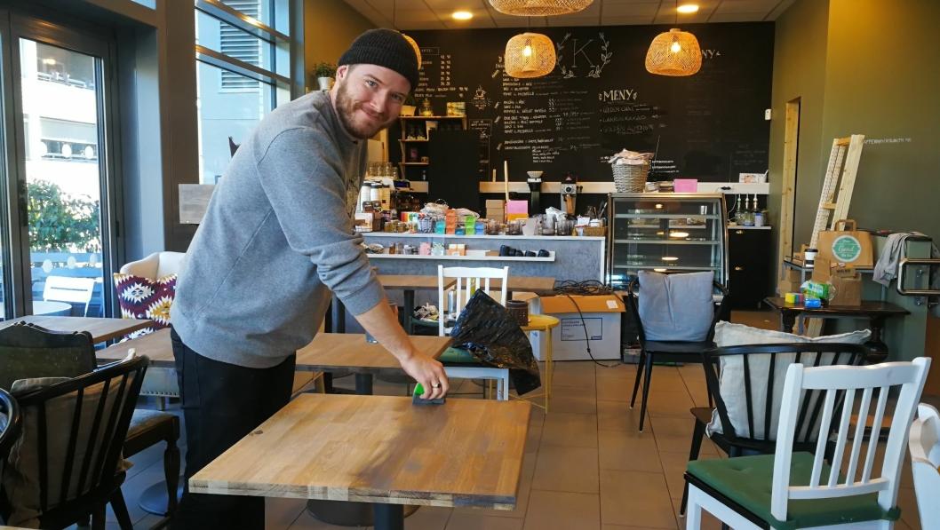 NY EIER: Andreas Gravermoen var denne uken i full sving med å gjøre lokalene til Kaffebar'n klare til nyåpning.