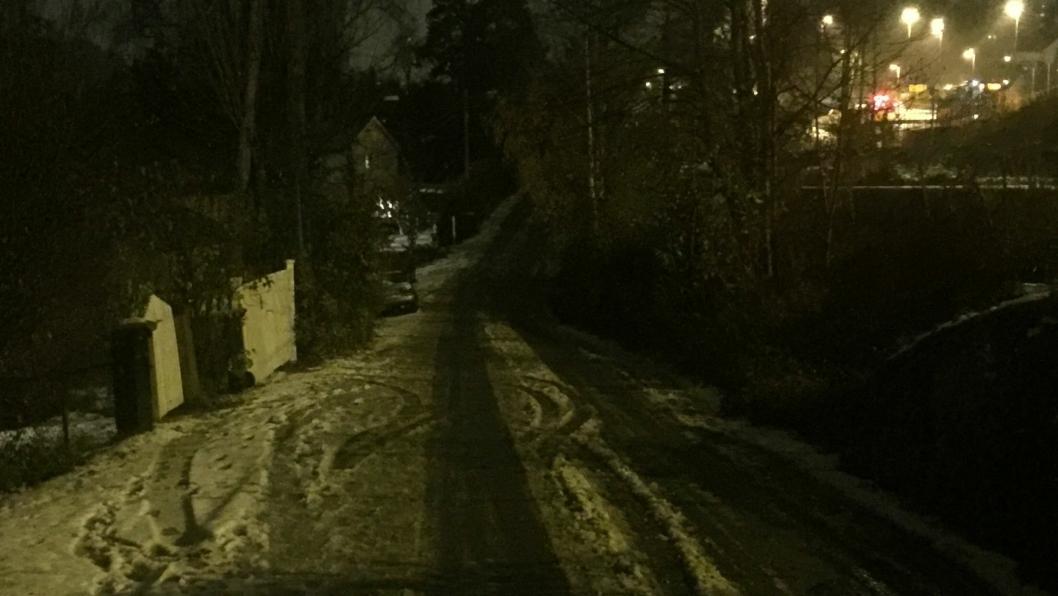 MØRKLAGT: Nordre del av Solbråtanveien har vært uten veilys i et par uker. Bildet, som ble tatt tirsdag 30. oktober, viser kontrasten til lyset langs Skiveien oppe til høyre i bildet.