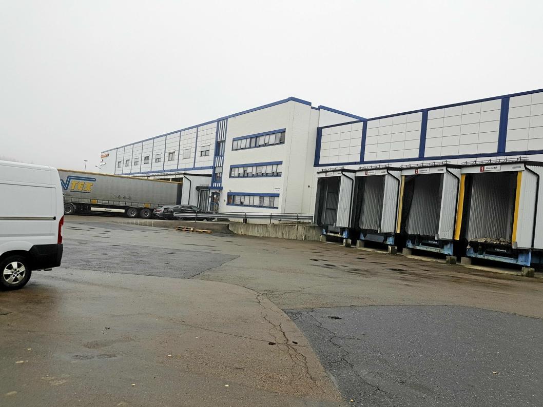 KJERNEVIRKSOMHET: Internasjonal transport er kjernevirksomhet i Fløisbonnveien 2-4. Ca. 90-110 lastebiler kommer inn og ut hver dag.