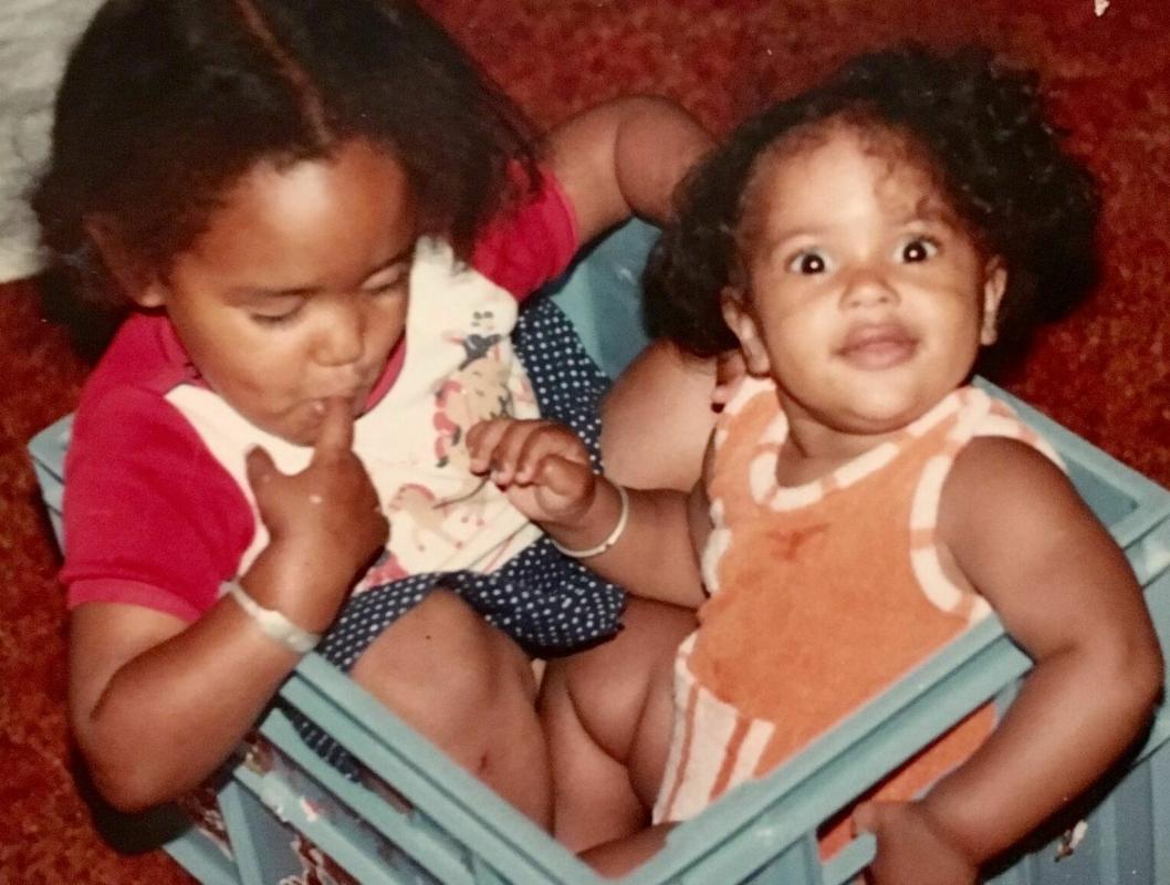 BARNDOM I OPPEGÅRD: På bildet kan du se Lisa Aisato med storesøsteren sin, Haddy N'jie, da familien bodde i Royskattveien på Tarnasen. Foto: Privat