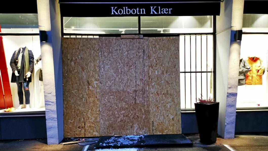 SKJULTE INNBRUDDET: En stor plate var fredag morgen satt opp foran inngangspartiet til Kolbotn Klær.