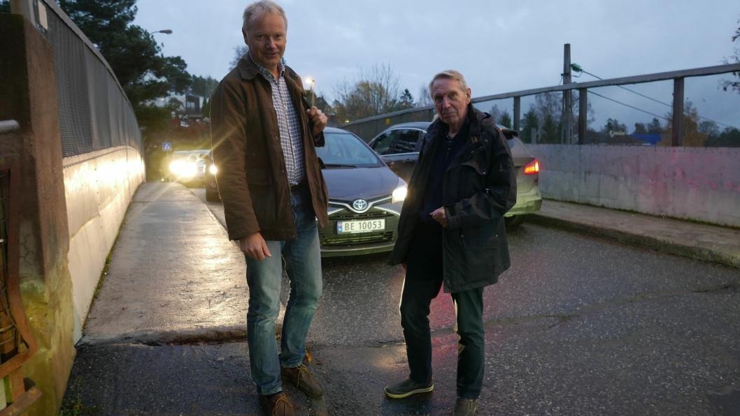 HAVNET I BAKEVJA: – Har jernbanebroen, Oppegård lokalsenter og de nærmeste omgivelsene havnet i bakevja i Oppegård kommune? spør Geir Hokholt og Ragnar Dahl fra Oppegård Vel.