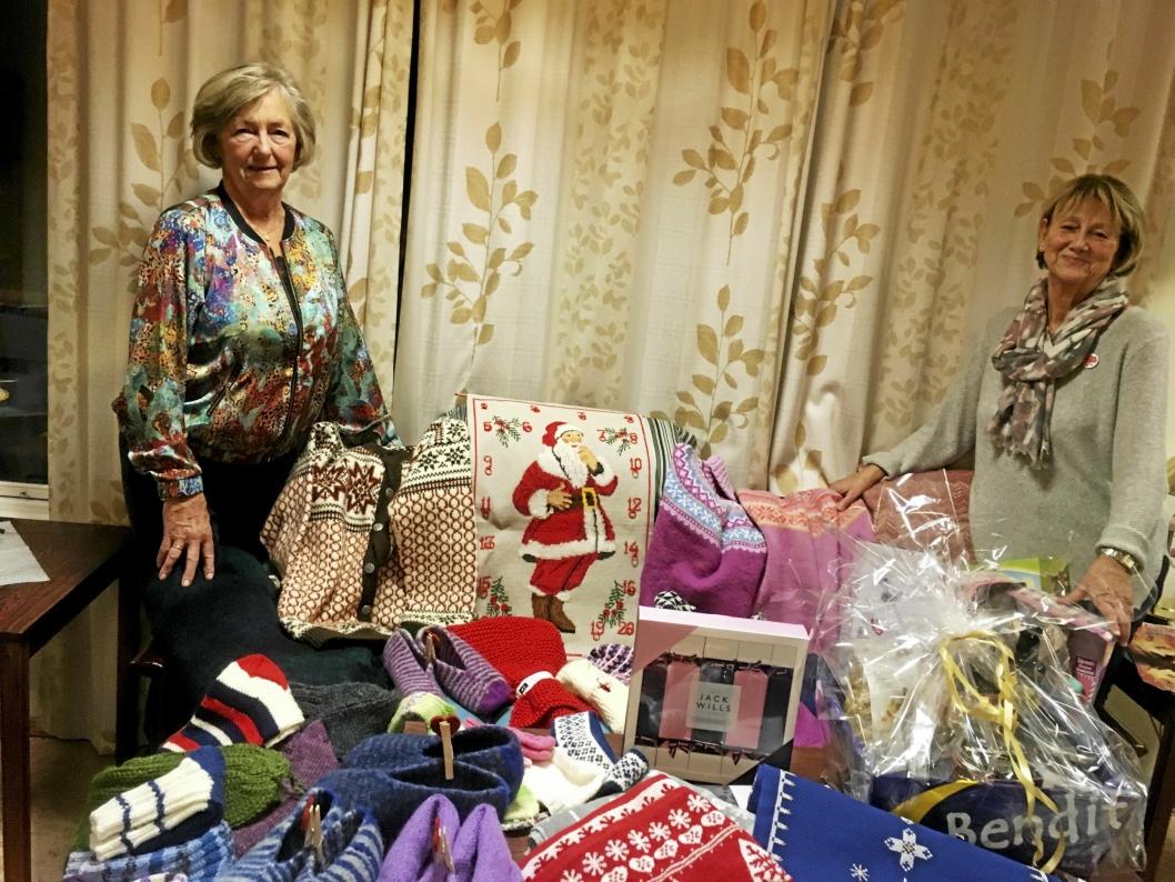 HÅNDARBEID: Mye vakkert håndarbeid legges ut for salg når sanitetsforeningen inviterer til julemesse denne helgen. Her viser Berit Danielsen (t.v.) og Else Marie Hagen frem noe av det som er klart.