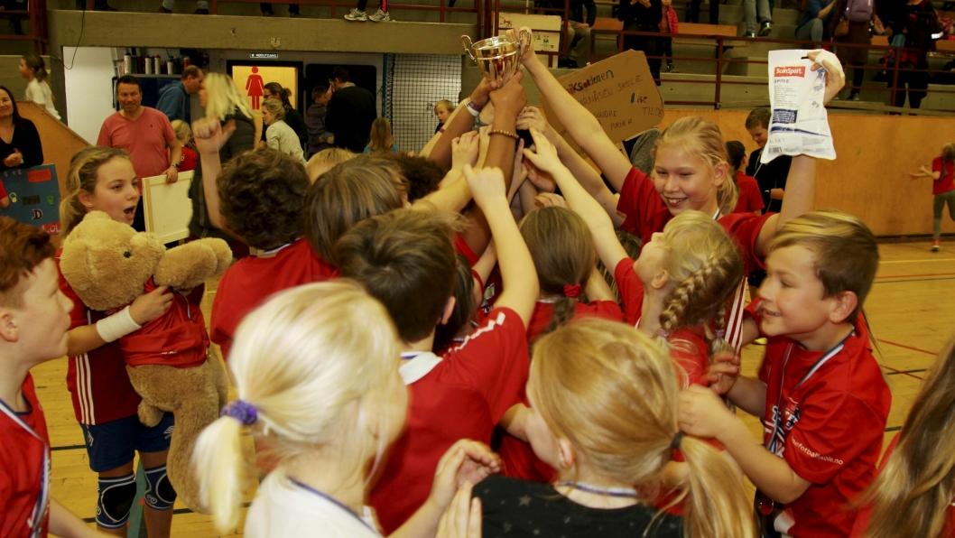 JUBEL: Elevene ved Tårnåsen skole tok med seg vandrepokalen. De stilte med 13 lag og 95 elever i skolecupen.