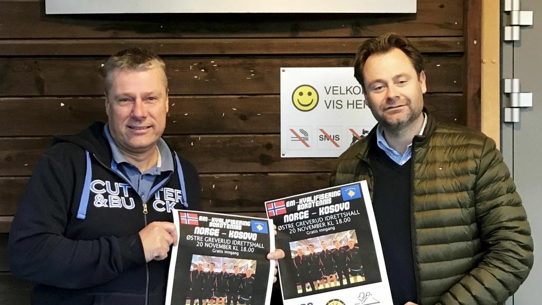 ØNSKER VELKOMMEN: Petter Franck (t.v.) og Gard Olsen med plakatene for neste ukes landskamp i bordtennis. De håper på masse publikum i hallen.