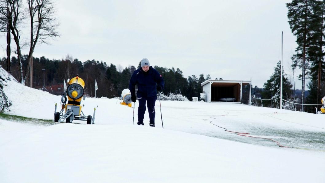 VENTETIDA ER OVER: Journalist i Oavis.no og langrennsentusiast Eskil Bjørshol var som en hund i paringstiden da han endelig slapp til med skiene på Greverud.