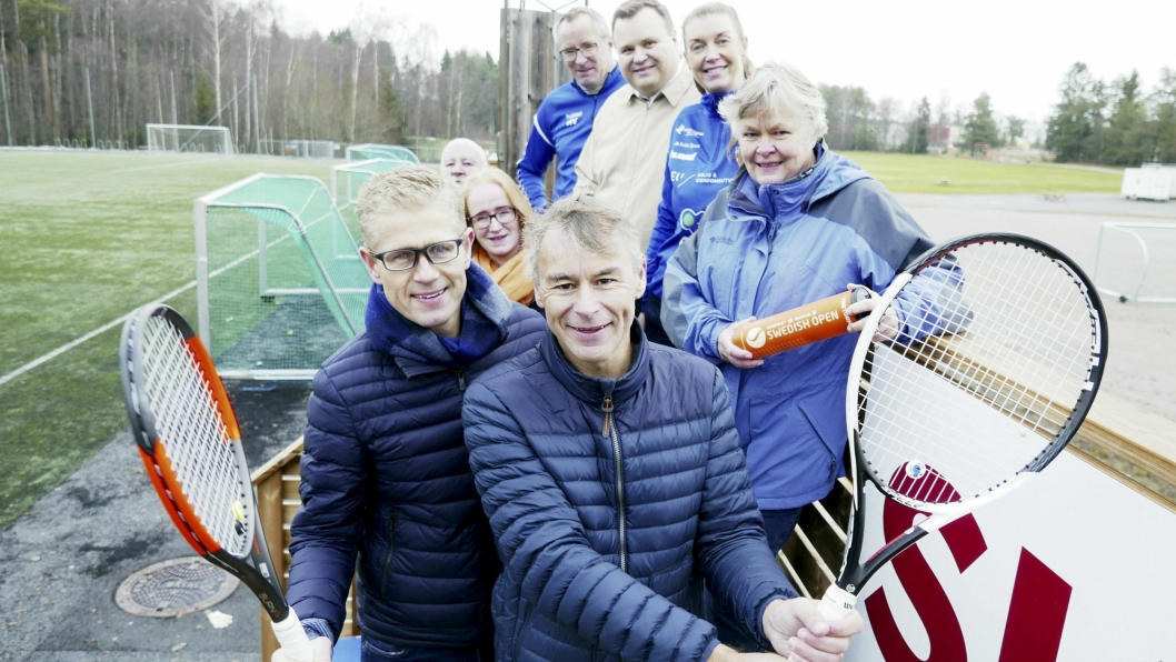 SAMARBEIDSPARTNERE: Bak, fra venstre til høyre: Håkon Bekkestad (74) nestleder i Kolbotn Fotball Herrer, Harald Vaadal (57), daglig leder i Kolbotn idrettslag, ordfører Thomas Sjøvold, Monica Ottesen (40), styreleder i Kolbotn Fotball Kvinner, Britt Heidi O. Berger (55), styreleder i Kolbotn Fotball Herrer, Nina Vøllestad (62), leder for Oppegård idrettsråd, og komitemedlemmene Leif Wedøe (51) og Roald Albrigtsen (55) i Kolbotn Tennisklubb.