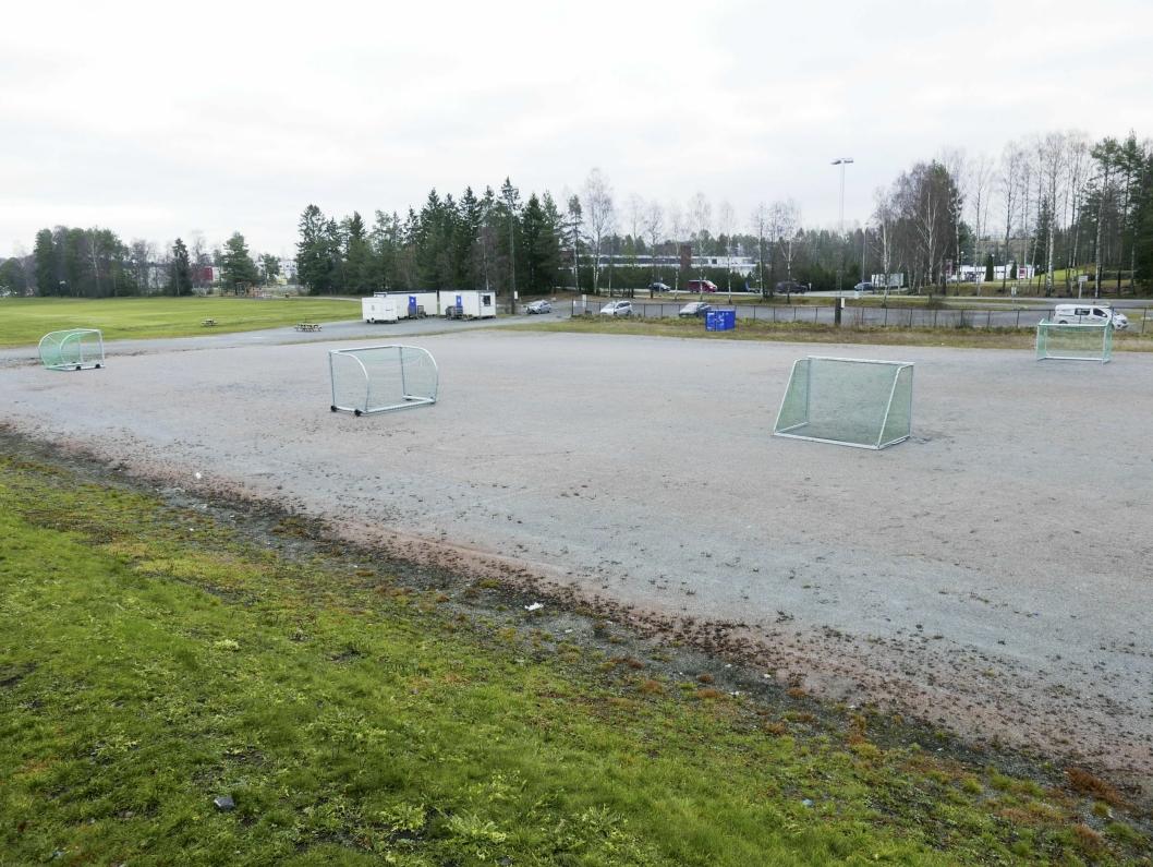 FRA GRUSBANE TIL TENNISHALL: Her skal det bygges en splitter ny tennishall med fire tennisbaner, garderober for fotball og tennis, tribuner og felles sosiale lokaler.