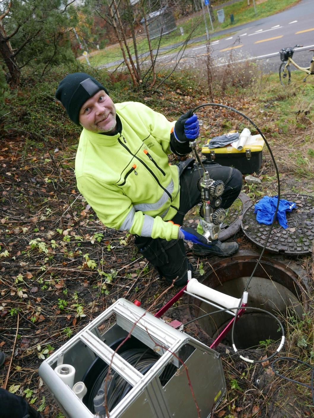 INSPEKSJONSTRAKTOR: På bildet ser du driftsoperatør Morten Landre som sjekker avløpsrørene på Kolbotn ved hjelp av en inspeksjonstraktor med kamera.