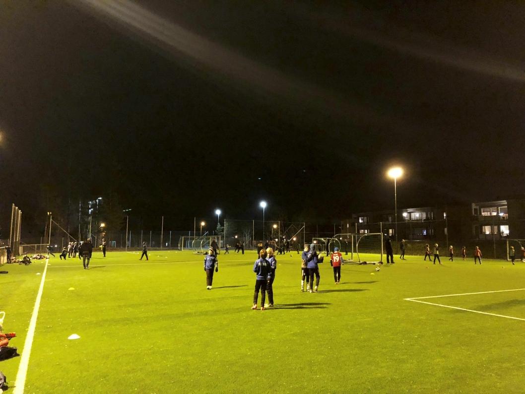 FULL FRES: Den offisielle åpningen av Hellerasten kunstgress er lørdag, men allerede nå er banen full av fotballspillere morgen og kveld.