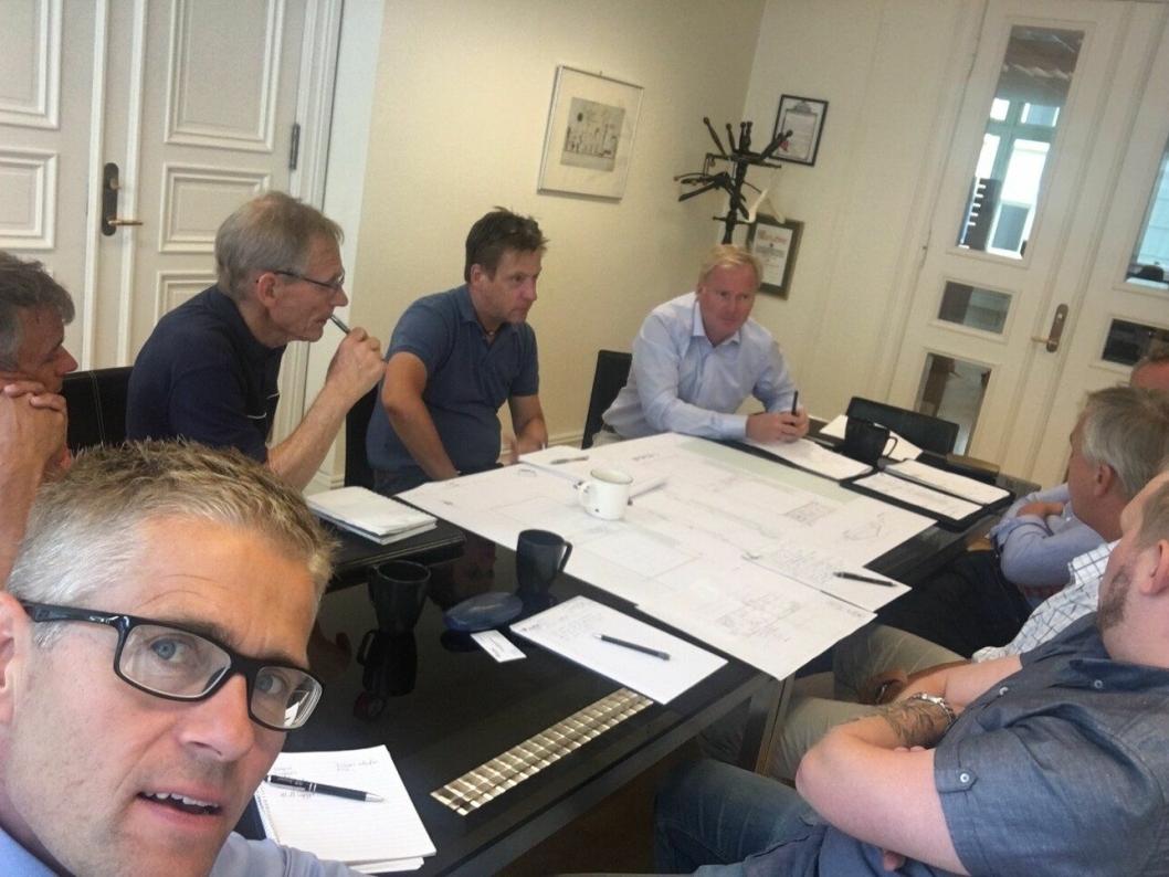 TETT SAMARBEID: De siste tre månedene har komiteen jobbet tett med arkitekten for å få den optimale utformingen. På Bildet; Leif Wedøe, Morten Roa, Rudiger Bertram, Paal Gundersen, sammen med Harald Vaadal og Roald Albrigtsen. Brannkonsulenter og prosjektleder er også med.