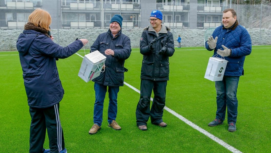 Håkon Bekkestad mottar en liten oppmerksomhet, men først og fremst en stor takk under åpningen av Hellerasten kunstgress lørdag ettermiddag. Ildsjelen har jobbet utallige dugnadstimer med prosjektet.