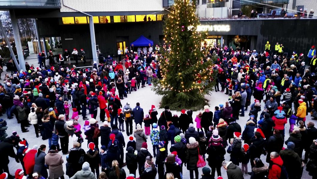 Tenning av julegranen 2018 på Jan Baalsruds plass 2018.