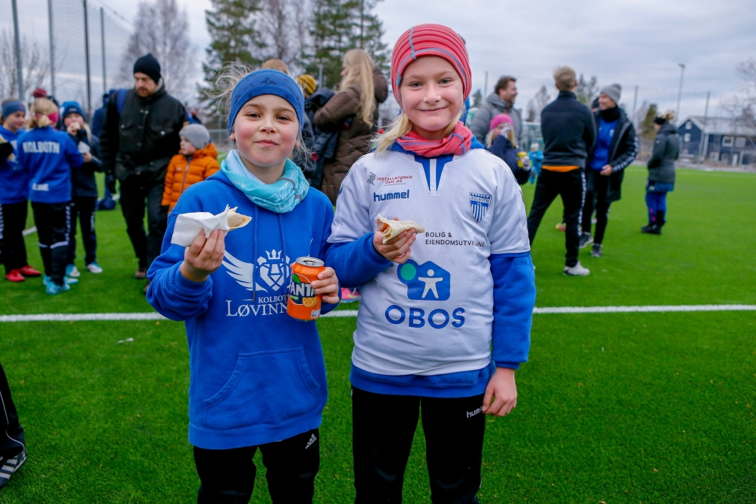 Sarah Ohren Nyborg (9) (t.v.) og Johanne Thingnæs Lid (9) koste seg på cup. Offisiell åpning av kunstgressbanen på Hellerasten.