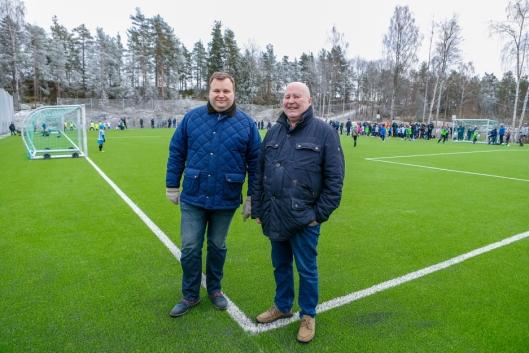 Oppegård-ordfører Thomas Sjøvold (t.v.) og Håkon Bekkestad fra Kolbotn Fotball.