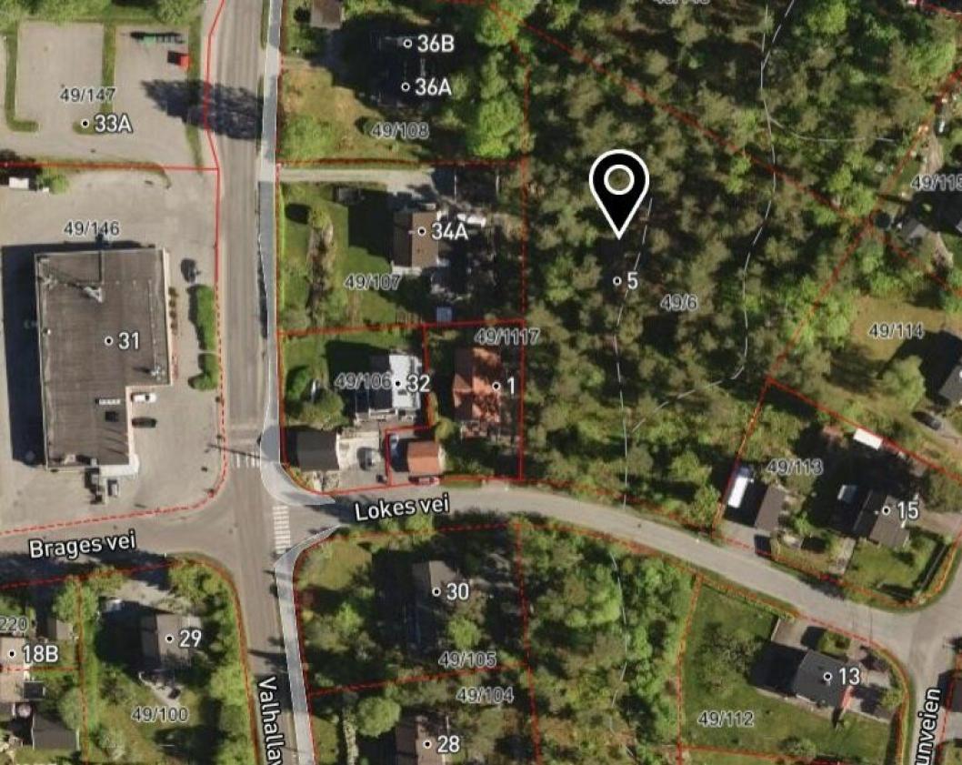 PROBLEMATISK FRADELING: Formålet til Lokes vei 5 er «friområde med anlegg for barnehage». Til venstre på bildet kan du se dagligvarebutikken Coop Extra Hellerasten.