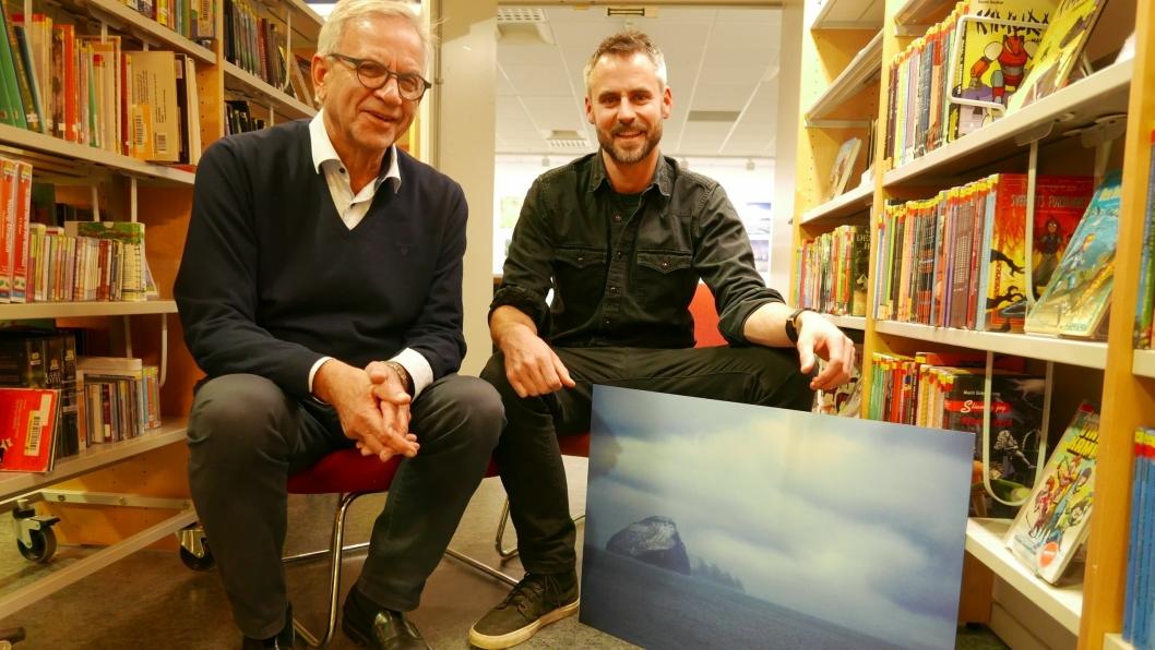 INVITERER ALLE: Styreleder i Oppegård kunstforening, Lars Kleivan, og fotograf Theodor Synnestvedt gleder seg til åpningen av årets juleutstilling.