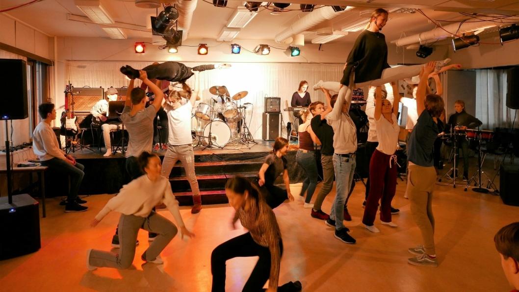 SVEVER I LUFTEN: Det blir mye dans med imponerende akrobatikk.