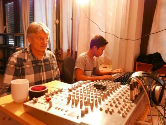 HAR SØRGET FOR DET TEKNISKE: Sky Simontha (14) har lært mye av lektor ved Fløysbonn skole, Sigurd O. Dancke (67).