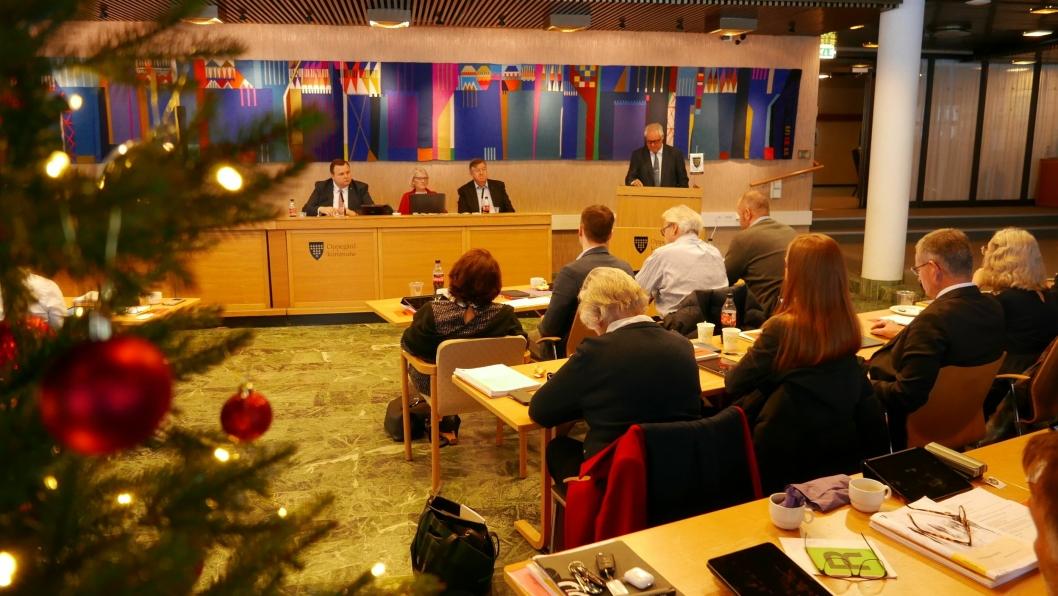 RÅDMANNENS INNLEDNINGSTALE: Rådmann Lars Henrik Bøhler holder sin innledningstale til kommunestyremedlemmene i Oppegård.