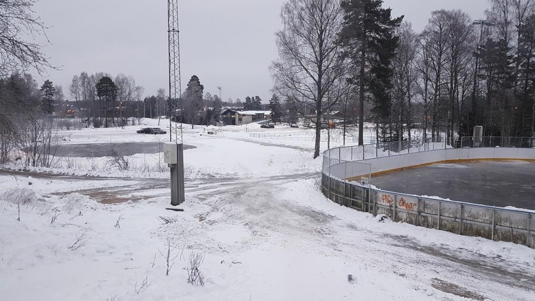 TO SKØYTEBANER PÅ SOFIEMYR: Sofiemyr idrettspark har is på hockeybanen og på en liten bane nord for den.