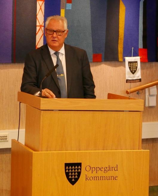 INNLEDNINGSTALE: Rådmann Lars Henrik Bøhler holder sin innledningstale til kommunestyremedlemmene i Oppegård.