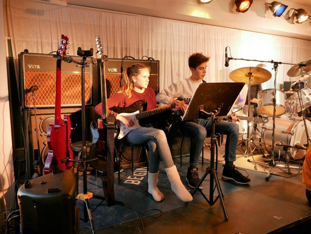 SELVLÆRTE GITARISTER: Martine Klovholt Siggerud (gitar) på gitar og Sebastian Omberg (bassgitar).