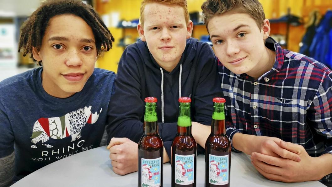 BRUS-GRÜNDERE: 15-åringene Fabian Mesgrahl (t.v.), Andreas Barnholt Skulberg og Lars Bjergene har utviklet en lokal variant av julebrus. Nå jobber de lange dager for å å få levert alle bestillingene.