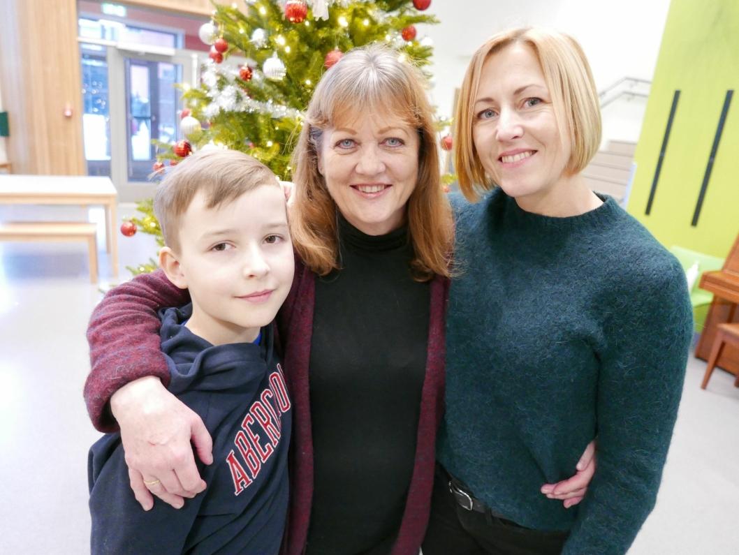 RINGEN ER SLUTTET: Lærer Anne Berggrav (68) sammen med sin siste og sin første elev ved Tårnåsen skole, Jonas Bakken (11) og hans mor, Synne Rønning (46).