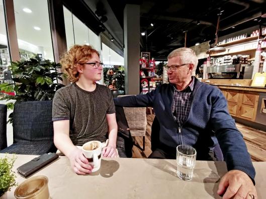 DISKUSJON: Selv om de tilhører samme politiske parti, finnes det temaer hvor Simen er uenig med bestefar. Da tar de gjerne en god diskusjon.