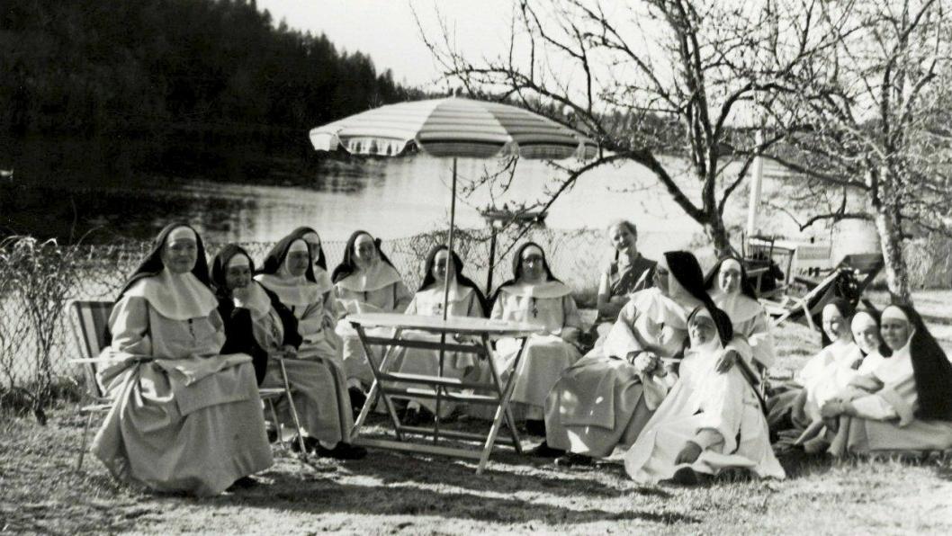 IDYLLISK: Søstrene fra Katarinahjemmet fotografert i idylliske omgivelser ved Kolbotnvannet i 1963.