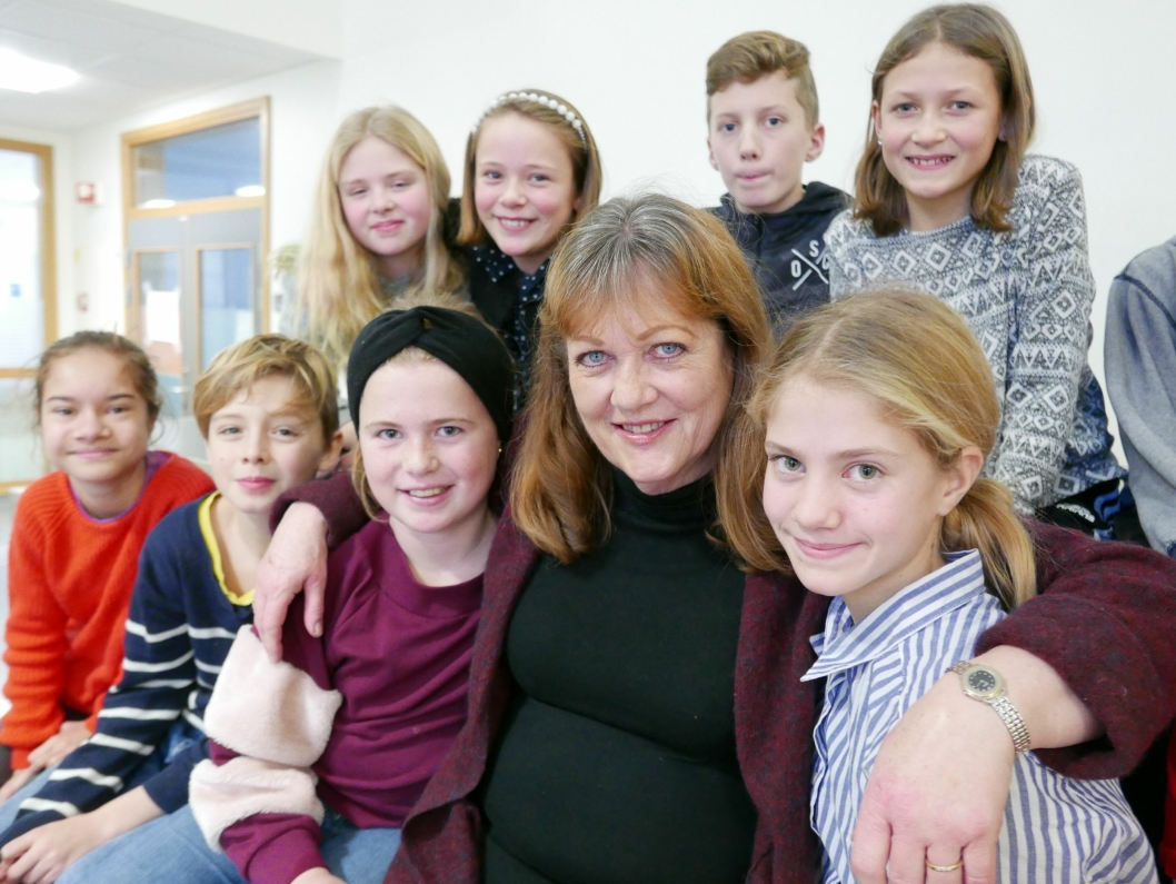 GLAD I HVERANDRE: Her er Anne Berggrav med sin siste klasse (6. trinn) ved Tårnåsen skole.– Anne fortjener en plass i Guiness rekordbok for sine egenskaper, sier elevene.